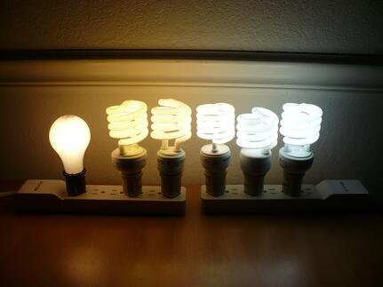 Color_temperature_comparison_of_5_CFLs